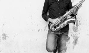 Dj live avec saxophoniste par l'orchestre Smart Music.