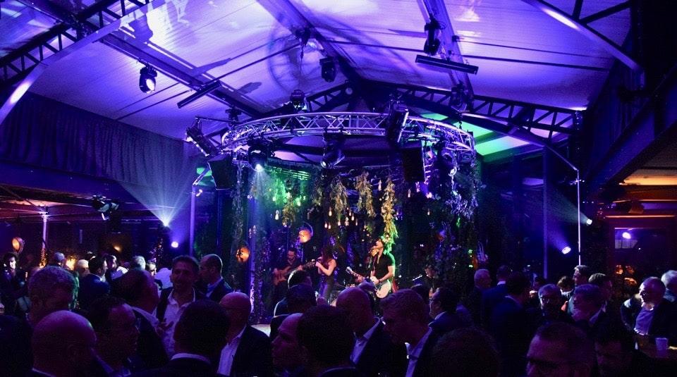 L'orchestre Smart Music sur scène lors d'un soirée privée.