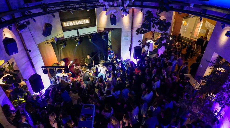 Le groupe Smart Music anime un karaoké live à Paris